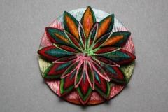 Blütenanhänger aus durchgefärbten Furnieren - Helmut Geupel