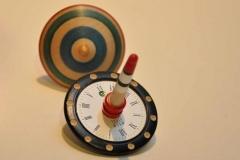Kreisel mit Uhrzifferblatt - Manfred Faltin